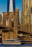 OKTOBER 24, 2016 - NEW YORK - Brooklyn bro och World Trade Center för Manhattan horisontsärdrag ett på soluppgång, NY NY - med 'h Royaltyfri Foto