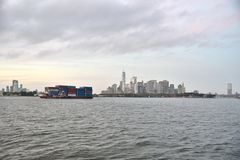 Oktober 9, 2018, New York hamn En behållarepråm ses i Front Of The Lower Manhattan horisont royaltyfria foton