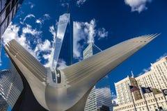 OKTOBER 24, 2016 - New York, NY - den Oculos gångtunnelterminalen och nya Freedom Tower, World Trade Center, Lower Manhattan, des Royaltyfria Bilder