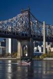 24. Oktober 2016 - NEW YORK - Queensbrücke zu Roosevelt Island im Morgenlicht auf East River zeigt rotes Boot Stockbild