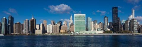 24. Oktober 2016 - NEW YORK - Skyline von Midtown Manhattan gesehen vom East River, der das Chrysler-Gebäude und das vereinigte N lizenzfreie stockbilder