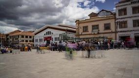 Oktober 9 Plaza, Cuenca, Ecuador - Augusti 23, 2018 - Tid - schackningsperiod av daglig aktivitet i denna marknadsplaza arkivfilmer