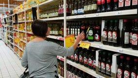 27 Oktober 2017 Portugal Faro, Jumbo Het meisje verkiest olijfolie om de supermarkt in te kopen stock videobeelden
