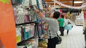 27. Oktober 2017 Portugal Faro, Tunnel-bohrwagen Frau im Supermarkt wählt Textileinzelteile stock video