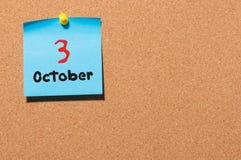 Oktober 3rd Dag 3 av månaden, färgklistermärkekalender på anslagstavla Höst Time Tomt avstånd för text Royaltyfri Fotografi