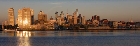 15. Oktober 2016 reflektieren Philadelphia, PA-skyscrappers und Skyline bei Sonnenaufgang goldenes Licht in Delaware River, wie v Stockbilder