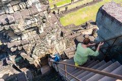 26 Oktober 2018-Riem att skörda:: turism går på brant trappuppgång av den Baphuon templet royaltyfri fotografi