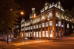 Oktober 2, 2017 - RYSSLAND, VLADIVOSTOK, Svetlanskaya st: Sikt för perspektivpanoramanatt på IDROTTSHALL Royaltyfria Foton