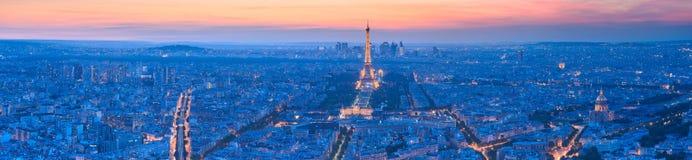 Oktober 2011: Seine-Fluss und Eiffelturm an der Dämmerung Lizenzfreies Stockfoto