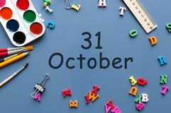 Oktober 31st dag 31 av den oktober månaden, kalender på lärare eller studenttabell, blå bakgrund Höst Time Arkivfoton