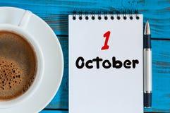 Oktober 1st dag 1 av månaden Kalender med koppmorgonkaffe eller te på läraren, studentarbetsplatsbakgrund Royaltyfri Fotografi