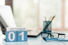 Oktober 1st dag 1 av månaden, kalender på lärarearbetsplatsbakgrund Höst Time Tomt avstånd för text Royaltyfri Foto