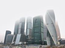OKTOBER 1st, 2018 - för affärsmitt för Moskva internationell stad för Moskva, Ryssland Sikt av affärsmitten på den dimmiga höstda royaltyfri foto