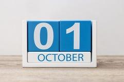 Oktober 1st Oktober 1 vit och den blåa träkalendern på ljust trä gör sammandrag bakgrund Dimma på sätta in Royaltyfri Fotografi