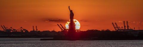 23 OKTOBER, 2016, Standbeeld van Vrijheidszonsondergang NYC-haven, Manhattan - van Brooklyn dat in Zwart-wit wordt geschoten Royalty-vrije Stock Foto's