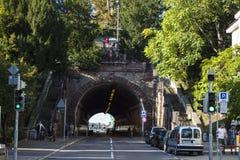 Oktober, 2018 Stuttgart, Duitsland De route in een oud deel van de stad Ingang aan een tunnel stock afbeelding