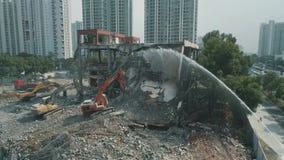 16. Oktober 2018 Suzhou-Stadt, China Luftbrummenansicht des verlassenen Gebäudeabbruchs zwischen modernem Büro stock footage