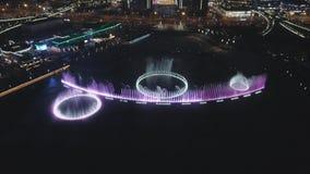 13 Oktober, 2018 Suzhoustad, China Luchthommelmening van kleurrijke muzikale fonteinen bij nacht stock footage