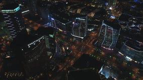 24 Oktober, 2018 Suzhoustad, China Toneelsatellietbeeld van een modern stadsdistrict bij nacht met nachtverkeer en stock footage