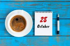 Oktober 28th Dag 28 av den oktober månaden, kalender på arbetsboken med kaffekoppen på studentarbetsplatsbakgrund Höst Time Royaltyfria Foton