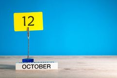 Oktober 12th Dag 12 av den oktober månaden, kalender på arbetsplats med blå bakgrund Höst Time Tomt avstånd för text Royaltyfri Bild