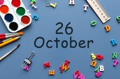 Oktober 26th Dag 26 av den oktober månaden, kalender på lärare eller studenttabell, blå bakgrund Höst Time Fotografering för Bildbyråer