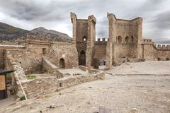 Oktober 16, 2017: Turister besöker torn och väggar av den Genoese fästningen i Sudak, Museum-reserven Sudak fästningen arkivfoton