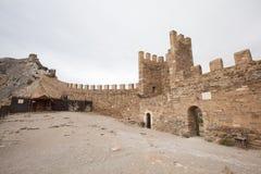 Oktober 16, 2017: Turister besöker torn och väggar av den Genoese fästningen i Sudak, Museum-reserven Sudak fästningen Royaltyfria Foton