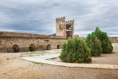 Oktober 16, 2017: Turister besöker torn och väggar av den Genoese fästningen i Sudak, Museum-reserven Sudak fästningen royaltyfri foto