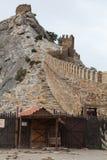Oktober 16, 2017: Turister besöker torn och väggar av den Genoese fästningen i Sudak, Museum-reserven Sudak fästningen fotografering för bildbyråer