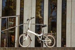 Oktober 27, 2018 Tyskland Dusseldorf Byggnadskomplex bekant K - Bogen centrum för bakgrund för stadsvikning cykel parkerat, fotografering för bildbyråer