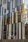 Oktober 27, 2018 Tyskland Dusseldorf Byggnadskomplex bekant K - Bogen centrum för bakgrund för stadsvikning cykel parkerat, arkivbild