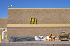 16 oktober, 2016: Walmartopslag buiten met het embleem van McDonald ` s Royalty-vrije Stock Foto's