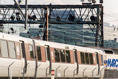 2. Oktober 2014: Washington, DC - Züge und obenliegende Kabel an U Lizenzfreie Stockfotos