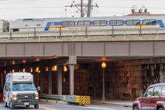 2. Oktober 2014: Washington, DC - Züge und obenliegende Kabel an U Stockbild
