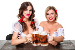 oktoberfest啤酒啤酒杯的两个美丽的白肤金发和深色的女孩 库存图片