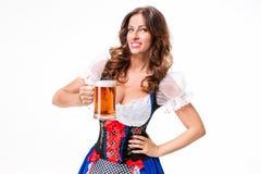 oktoberfest啤酒啤酒杯的美丽的年轻深色的女孩 免版税库存照片