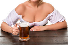 oktoberfest啤酒啤酒杯的美丽的年轻白肤金发的女孩 图库摄影