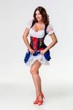 oktoberfest啤酒杯的美丽的年轻深色的女孩 库存照片