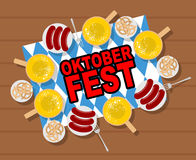 Oktoberfest: öl och korvar Kringlor och grillade korvar på Arkivfoto