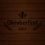 Oktoberfest 2017 Ξύλινο υπόβαθρο με το σίτο τυπογραφίας Oktoberfest 2017 και το γυαλί μπύρας Στοκ φωτογραφία με δικαίωμα ελεύθερης χρήσης
