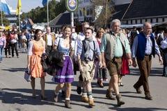 Oktoberfest besökare i dräkter Royaltyfri Foto