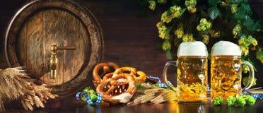 Oktoberfest-Bierfaß und Biergläser mit weichen Brezeln, whe stockfotos