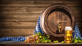 Oktoberfest-Bierfaß und Bierglas Lizenzfreies Stockfoto