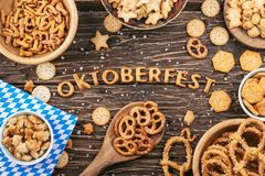 Oktoberfest bokstäver Salta smällare, kringlor och andra mellanmål royaltyfria bilder