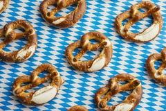 Oktoberfest: Brezeln auf bayerischer Tischdecke Lizenzfreie Stockfotografie