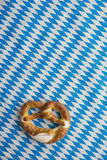Oktoberfest: Ciambellina salata sulla tovaglia bavarese Fotografia Stock Libera da Diritti