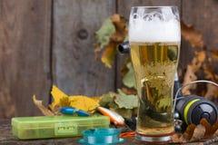 Oktoberfest con los aparejos de pesca y el vidrio una cerveza Foto de archivo libre de regalías