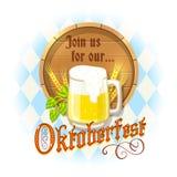 Oktoberfest-Design mit Becher Bier, hölzernem Fass, Gerstenspitzen und Hopfen auf blauem und weißem Diamanthintergrund Lizenzfreies Stockbild