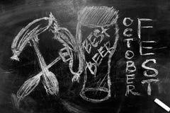 Oktoberfest is een beeld van een glas bier een inschrijving in krijt op een bord Stock Foto